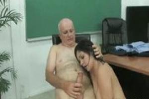 Öreg leszbikus elcsábítja a tini